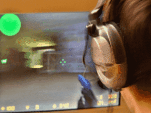 headset-gamer-plaing-counter-strike